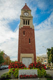 Monumento conmemorativo con la torre de reloj Imagenes de archivo