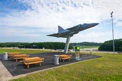 Monumento conmemorativo de JA 37 Viggen con el restplace Imagenes de archivo