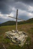 Monumento cruzado de madera en la montaña Fotos de archivo libres de regalías