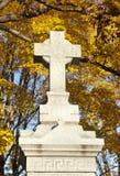 Monumento cruzado en cementerio Foto de archivo libre de regalías
