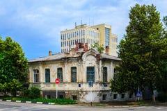 Monumento da arquitetura na perspectiva da construção moderna Fotos de Stock
