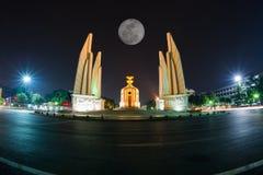 Monumento da democracia na paisagem da noite Imagem de Stock