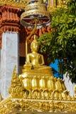 Monumento da estátua de Gautama Buddha do ouro imagem de stock