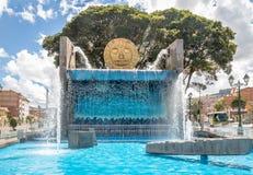 Monumento da fonte de água com Inca Sun Disc dourado nas ruas da cidade de Cusco - Cusco, Peru Fotografia de Stock Royalty Free