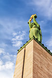 Monumento da liberdade de Riga que olha acima fotos de stock