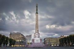 Monumento da liberdade em Riga Mulher que guarda três estrelas do ouro Foto de Stock
