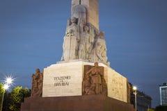 Monumento da liberdade em Riga Mulher que guarda três estrelas do ouro Fotografia de Stock