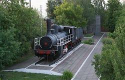 Monumento da locomotiva de vapor velha, operado durante o primeiro e as segundas guerras mundiais Fotografia de Stock Royalty Free