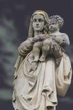 Monumento da mulher com a criança em um cemitério Fotos de Stock Royalty Free