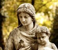 Monumento da mulher com a criança em um cemitério Fotografia de Stock Royalty Free