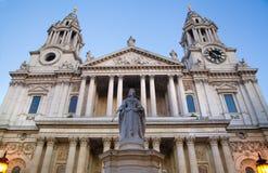 Monumento da rainha Victoria ao lado da catedral de St Paul foto de stock
