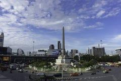 Monumento da vitória e tráfego de Banguecoque na manhã foto de stock