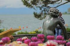 Monumento das mulheres que olham o lago e as montanhas Fotos de Stock