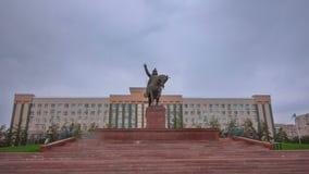 Monumento de Abulkhair Khan en la ciudad del hyperlapse del timelapse de Aktobe almacen de metraje de vídeo
