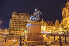 Monumento de Aleksander Fredro de la cuenta, opinión de la noche Fotos de archivo libres de regalías