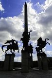 Monumento de Asenevtsi em Veliko Tarnovo que cerca por casas tradicionais fotografia de stock royalty free