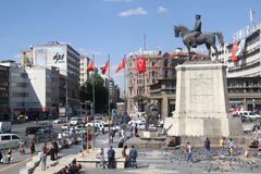 Monumento de Ataturk en el centro de ciudad, cuadrado de Ulus Imagen de archivo