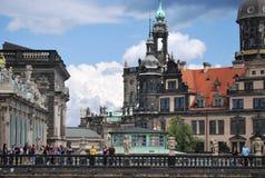 Monumento de bronce y catedral medieval Imagenes de archivo