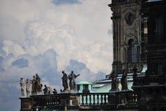Monumento de bronce y catedral medieval Imagen de archivo