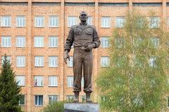 Monumento de bronze ao general Lebed contra uma construção de tijolo foto de stock royalty free