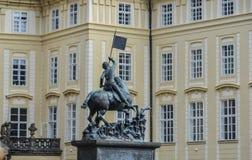 Monumento de bronze do herói em Praga imagem de stock
