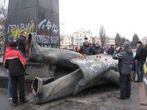 Monumento de bronze grande próximo jogado dos povos a Lenin Imagens de Stock