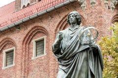 Monumento de Copernicus contra ayuntamiento en Torun. Fotografía de archivo