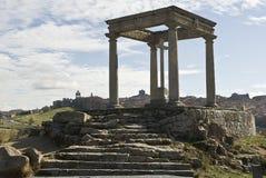 Monumento de cuatro postes y ciudad de Ávila. Foto de archivo