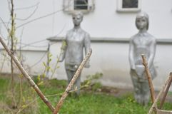 Monumento de dos niños en la realidad del poste-soviet imagenes de archivo