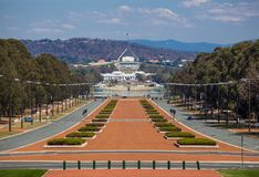 Monumento de guerra australiano con la casa del parlamento en la distancia Canberra, Australia Imagen de archivo libre de regalías
