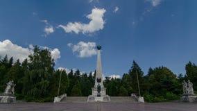 Monumento de guerra con lapso de tiempo móvil de las nubes Monumento de héroes 4K almacen de video
