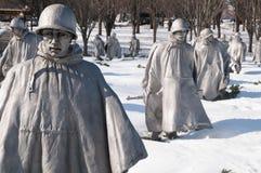 Monumento de Guerra de Corea en nieve imagenes de archivo