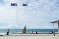 Monumento de guerra en las personas que practica surf paraíso, Australia Imagen de archivo libre de regalías
