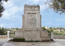 Monumento de guerra que honra caido de todas las guerras en un parque público en Locorotondo, Italia fotos de archivo libres de regalías