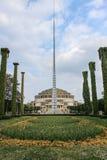 Monumento de Iglica delante de Pasillo centenario en Wroclaw, Polonia Imagen de archivo libre de regalías