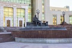 Monumento de Ivan Shuvalov delante del edificio de la biblioteca fundamental de la universidad de estado de Moscú La ciudad de Mo imagen de archivo