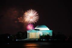 Monumento de Jefferson con los fuegos artificiales, Washington DC Fotografía de archivo