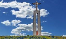 Monumento de Jesus Christ por Tagus River em Lisboa, Portugal fotografia de stock