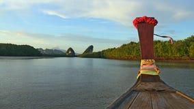 Monumento de Krabi visto do rio de Krabi, Tailândia Imagem de Stock Royalty Free