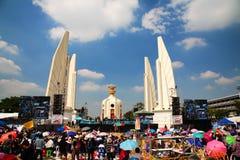 Monumento de la democracia con los manifestantes antigubernamentales Foto de archivo