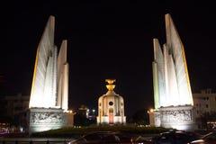 Monumento de la democracia de Tailandia en la noche Imágenes de archivo libres de regalías