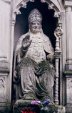 Monumento de la estatua de la piedra de papa Juan Pablo II en el cementerio Fotografía de archivo libre de regalías
