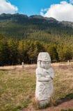 Monumento de la gente antigua en el centro turístico de Borovoye en Kazajistán Fotografía de archivo