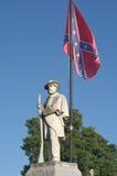 Monumento de la guerra civil con la bandera confederada Fotos de archivo libres de regalías
