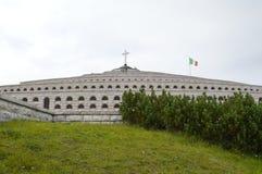 Monumento de la guerra mundial 1 encima de Monte Grappa, Italia imagen de archivo