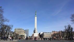 Monumento de la libertad en el cuadrado en el centro de Riga almacen de metraje de vídeo