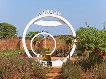 Monumento de la muestra de la travesía del ecuador en Uganda Fotos de archivo