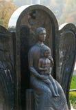Monumento de la mujer con el niño en un cementerio Foto de archivo libre de regalías