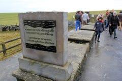 Monumento de la piedra en honor de la gente que perdió sus vidas sobre los acantilados famosos de Moher, condado Clare, Irlanda o Foto de archivo