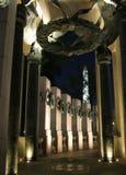 Monumento de la Segunda Guerra Mundial y monumento de Washington en la noche Imagen de archivo